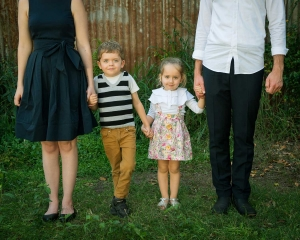two kids with their parents in family portrait
