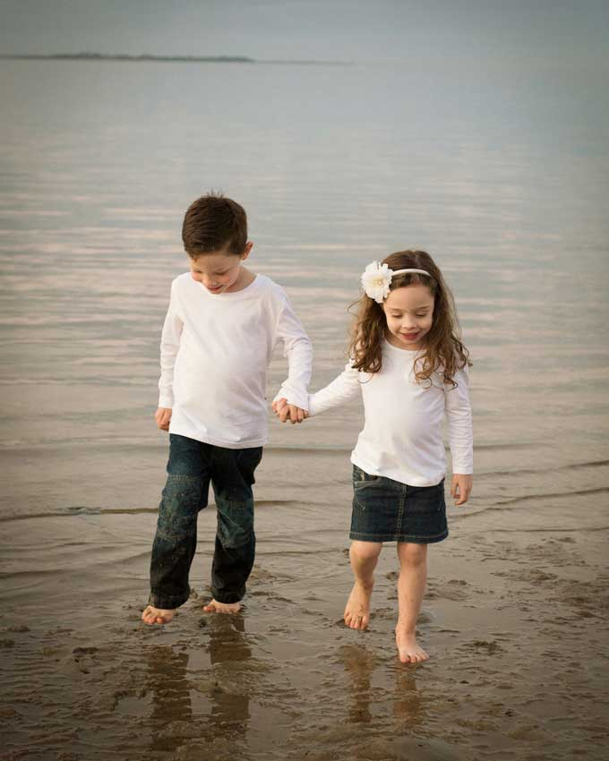 stunning sibling photography ideas by the sea