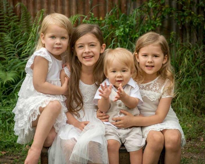 sibling photography and large family photoshoot